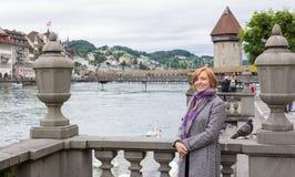 Ευτυχής τουρίστας σε Λουκέρνη, Ελβετία Στοκ Εικόνες