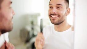 Ευτυχής τρίχα βουρτσίσματος ατόμων με τη χτένα στο λουτρό απόθεμα βίντεο
