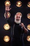 Ευτυχής τραγουδιστής που καλωσορίζει funs εκτελώντας ένα τραγούδι τζαζ στο θόριο Στοκ φωτογραφία με δικαίωμα ελεύθερης χρήσης