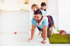 Ευτυχής τρελλός γύρος στην πλάτη πατέρων ` s όταν εσείς σπίτι μόνο με τα παιδιά Στοκ εικόνα με δικαίωμα ελεύθερης χρήσης