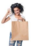 Ευτυχής τσάντα αγορών εκμετάλλευσης γυναικών με το κενό διάστημα αντιγράφων και ΕΝΤΆΞΕΙ στοκ εικόνα