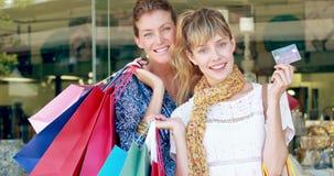 Ευτυχής τσάντα αγορών εκμετάλλευσης φίλων και παρουσίαση πιστωτικής κάρτας απόθεμα βίντεο