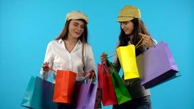 Ευτυχής τσάντα αγορών λαβής κοριτσιών χαμόγελου δύο πρόσκληση συγχαρητηρίων καρτών ανασκόπησης φιλμ μικρού μήκους