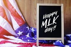 Ευτυχής τυπογραφία ημέρας MLK στη σκηνή ΑΜΕΡΙΚΑΝΙΚΏΝ σημαιών Στοκ εικόνες με δικαίωμα ελεύθερης χρήσης