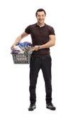 Ευτυχής τύπος με ένα σύνολο καλαθιών πλυντηρίων των ενδυμάτων Στοκ Εικόνες