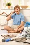 Ευτυχής τύπος με το κινητό τηλέφωνο στο σπίτι Στοκ εικόνες με δικαίωμα ελεύθερης χρήσης