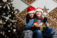 Ευτυχής τύπος που αποκτάται χριστουγεννιάτικο δώρο Στοκ εικόνα με δικαίωμα ελεύθερης χρήσης