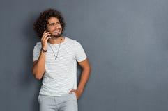 Ευτυχής τύπος που μιλά στο τηλέφωνο Στοκ εικόνα με δικαίωμα ελεύθερης χρήσης