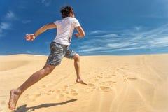 Ευτυχής τύπος που τρέχει στην άμμο Στοκ εικόνα με δικαίωμα ελεύθερης χρήσης