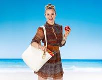 Ευτυχής υγιής γυναίκα στην παραλία που τρώει ένα μήλο Στοκ φωτογραφίες με δικαίωμα ελεύθερης χρήσης