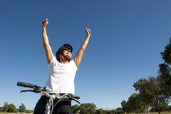 Ευτυχής υγιής θηλυκός ποδηλάτης Στοκ Εικόνα