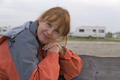 ευτυχής υπαίθρια γυναίκα Στοκ Φωτογραφία