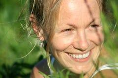 ευτυχής υπαίθρια γυναίκα Στοκ φωτογραφία με δικαίωμα ελεύθερης χρήσης