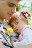 ευτυχής υπαίθρια προσφορά πορτρέτου πατέρων κορών στοκ εικόνες με δικαίωμα ελεύθερης χρήσης