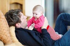 Ευτυχής υπερήφανος νέος πατέρας με τη νεογέννητη κόρη μωρών, οικογενειακό πορτρέτο από κοινού Στοκ Φωτογραφίες