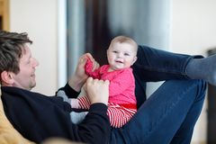 Ευτυχής υπερήφανος νέος πατέρας με τη νεογέννητη κόρη μωρών, οικογενειακό πορτρέτο από κοινού Στοκ Εικόνα