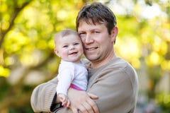 Ευτυχής υπερήφανος νέος πατέρας με τη νεογέννητη κόρη μωρών, οικογενειακό πορτρέτο από κοινού Στοκ εικόνα με δικαίωμα ελεύθερης χρήσης