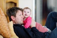 Ευτυχής υπερήφανος νέος πατέρας με τη νεογέννητη κόρη μωρών, οικογενειακό πορτρέτο από κοινού Στοκ φωτογραφία με δικαίωμα ελεύθερης χρήσης
