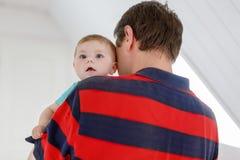 Ευτυχής υπερήφανος νέος πατέρας με τη νεογέννητη κόρη μωρών, οικογενειακό πορτρέτο από κοινού Στοκ Φωτογραφία