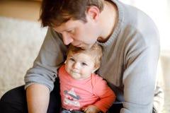 Ευτυχής υπερήφανος νέος πατέρας που έχει τη διασκέδαση με την κόρη μωρών, οικογενειακό πορτρέτο από κοινού Μπαμπάς με το κοριτσάκ στοκ εικόνες