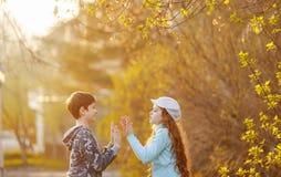Ευτυχής φίλος παιδιών που απολαμβάνει χτυπώντας τα χέρια στοκ εικόνες