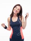 Ευτυχής φίλαθλη μουσική ακούσματος γυναικών στα ακουστικά Στοκ Εικόνα