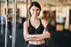 Ευτυχής φίλαθλος με armband που ακούει τη μουσική στη γυμναστική Στοκ Φωτογραφία
