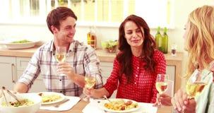 Ευτυχής φίλος που έχει το μεσημεριανό γεύμα και που πίνει το κρασί απόθεμα βίντεο