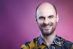 Ευτυχής φαλακρός και με το καυκάσιο χαμόγελο ατόμων γενειάδων Στοκ Εικόνα