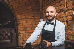 Ευτυχής φαλακρός τύπος που στέκεται με το ξοντρό παπούτση Στοκ Εικόνα