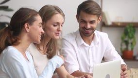 Ευτυχής φιλική ερευνητική ομάδα που απασχολείται μαζί να μιλήσει χρησιμοποιώντας το lap-top απόθεμα βίντεο