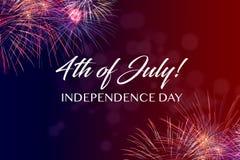 Ευτυχής χαιρετισμός στις 4 Ιουλίου με το κόκκινο και μπλε υπόβαθρο Στοκ φωτογραφία με δικαίωμα ελεύθερης χρήσης