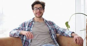 Ευτυχής χαλάρωση ατόμων στον καναπέ στο σπίτι φιλμ μικρού μήκους