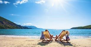 Ευτυχής χαλάρωση ζευγών στην παραλία στοκ εικόνες