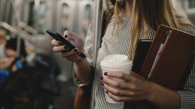 Ευτυχής χαλαρωμένη βέβαια επιχειρηματίας στο υπόγειο τρένο που χρησιμοποιεί τις αγορές σε απευθείας σύνδεση app smartphone που χα απόθεμα βίντεο