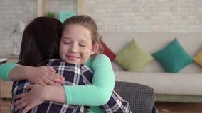 Ευτυχής χαμογελώντας έφηβος με το του προσώπου αγκάλιασμα ατελειών απόθεμα βίντεο