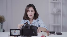 Ευτυχής χαμογελώντας ασιατική γυναίκα ή ομορφιά blogger με το τηλεοπτικό και κυματίζοντας χέρι βουρτσών και καταγραφής καμερών στ απόθεμα βίντεο