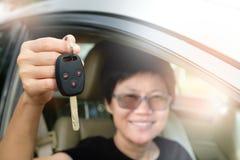 Ευτυχής χαμογελώντας γυναίκα κοντός-τρίχας στο αυτοκίνητο Στοκ εικόνα με δικαίωμα ελεύθερης χρήσης