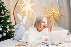 Ευτυχής χαμογελώντας γυναίκα κοριτσιών στην ατμόσφαιρα Χριστουγέννων Διακοπές Χριστουγέννων Στοκ Εικόνες