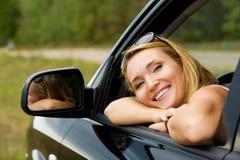 Ευτυχής χαμογελώντας γυναίκα στο νέο αυτοκίνητο Στοκ εικόνα με δικαίωμα ελεύθερης χρήσης