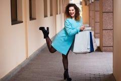 Ευτυχής χαμογελώντας ελκυστική νέα γυναίκα με τις τσάντες αγορών εγγράφου μέσα Στοκ φωτογραφίες με δικαίωμα ελεύθερης χρήσης