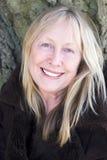 Ευτυχής χαμογελώντας ηλικιωμένη γυναίκα Στοκ φωτογραφία με δικαίωμα ελεύθερης χρήσης