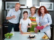 Ευτυχής χαμογελώντας καυκάσια οικογένεια στην κουζίνα που προετοιμάζει το πρόγευμα Στοκ εικόνα με δικαίωμα ελεύθερης χρήσης