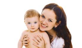 Ευτυχής χαμογελώντας μητέρα κινηματογραφήσεων σε πρώτο πλάνο πορτρέτου που κρατά το μωρό της απομονωμένο στο λευκό στοκ φωτογραφίες