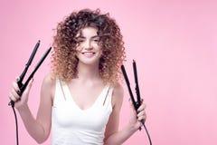 Ευτυχής χαμογελώντας νέα γυναίκα με την κατάπληξη hairstyle Στοκ φωτογραφίες με δικαίωμα ελεύθερης χρήσης