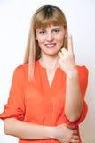 Ευτυχής χαμογελώντας νέα επιχειρησιακή γυναίκα που εμφανίζει ένα δάχτυλο. Στοκ εικόνες με δικαίωμα ελεύθερης χρήσης