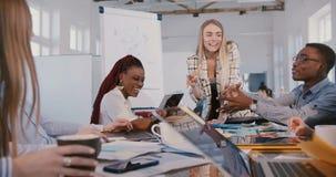 Ευτυχής χαμογελώντας νέα ευρωπαϊκή επιχειρηματίας που οδηγεί τη δημι απόθεμα βίντεο