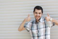 Ευτυχής χαμογελώντας νέος επιχειρηματίας με την εντάξει χειρονομία Στοκ φωτογραφίες με δικαίωμα ελεύθερης χρήσης