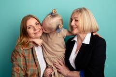 Ευτυχής χαμογελώντας οικογένεια Portraitof Παιδί με το mom και γιαγιά σε ένα στούντιο στοκ φωτογραφίες
