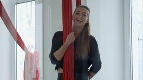 Ευτυχής χαμογελώντας χορευτής πόλων που μιλά σε μια κάμερα Στοκ εικόνα με δικαίωμα ελεύθερης χρήσης